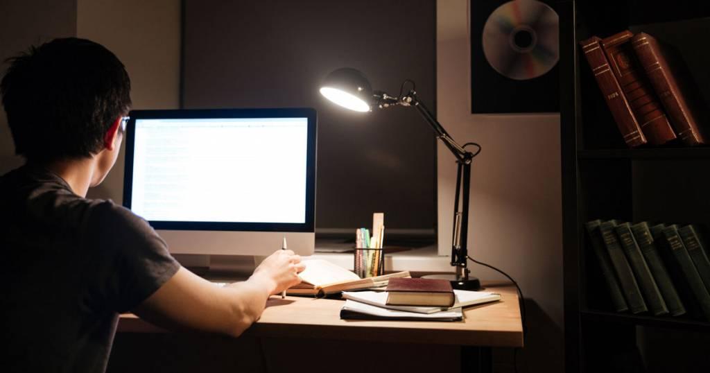 man vid dator sent en kväll